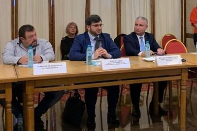 Заместник-министърът на земеделието, храните и горите Георги Събев (по средата) по време на изнесено заседание на Националния съвет по туризъм в Сливен Снимка: МЗХГ