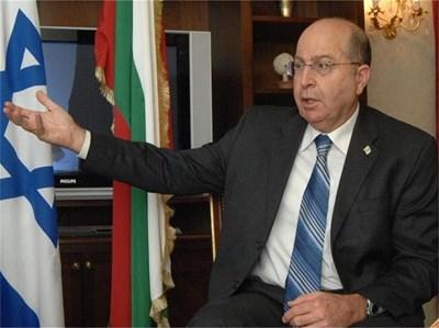 """Моше Яалон е вицепремиер и министър по стратегическите въпроси на Израел. Роден е на 24 юни 1950 г. През 1995 г. става шеф на израелското военно разузнаване, а през 2002 г. е назначен за началник на Генералния щаб на израелската армия с чин генерал-лейтенант. Приключва военната си кариера през 2005 г., а 3 г. по-късно обявява присъединяването си към партията на Бенямин Нетаняху """"Ликуд"""". На изборите през 2009 г. е избран за депутат в Кнесета, с което стартира и настоящата му политическа кариера."""