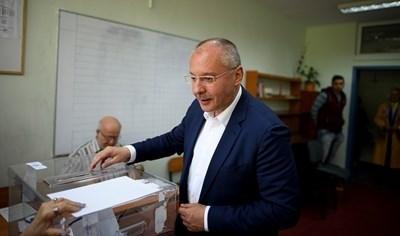 Сергей Станишев също упражни вота си на изборите вчера.