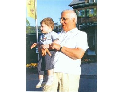Професорът с любимия си внук Феликс в Германия. СНИМКИ: ЛИЧЕН АРХИВ
