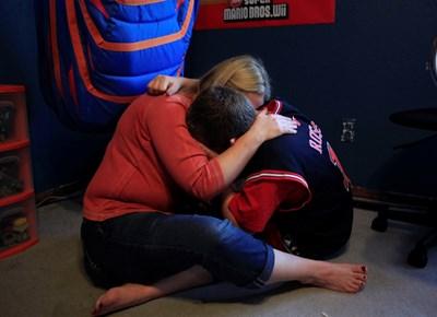 Подкрепата в труден момент за детето е важна част от това да се чувства обичано. СНИМКА: РОЙТЕРС
