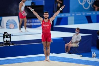Дейвид Хъдълстоун в Ariake Gymnastics Centre в Токио по време на дебютното си участие на олимпийски игри. Българинът изигра шестте си съчетания в квалификациите от турнира по спортна гимнастика за мъже с видима голяма болка и здраво стегнат ляв глезен. Оказа се, че глезенът е изваден и с разкъсани връзки. СНИМКИ: ЛЮБОМИР АСЕНОВ, LAP,BG