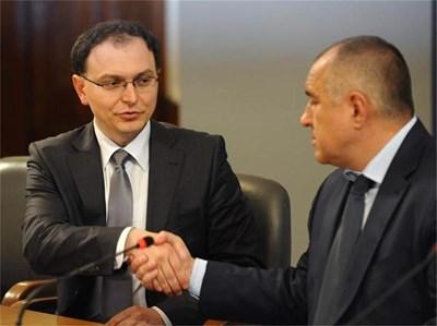 Премиерът Бойко Борисов представя през 2011 г. Тодор Коларов като шеф на комисията за установяване на престъпно имущество. В края на февруари обаче веднага прие оставката му.  СНИМКА: ЙОРДАН СИМЕОНОВ