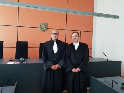 Адвокат Христо Ботев и колегата му Михаел Щурм, заснети с тоги в германски съд. СНИМКА: ЛИЧЕН АРХИВ