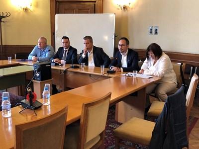 Харалан Александров, Борислав Велков, Емил Кошлуков, Виктор Серафимов и Теодора Петрова (от ляво на дясно) на заседанието на медийната комисия СНИМКА: Авторката