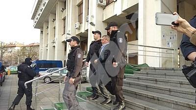 Георги Вълев напуска Съдебната палата в Бургас. СНИМКА: 24 часа