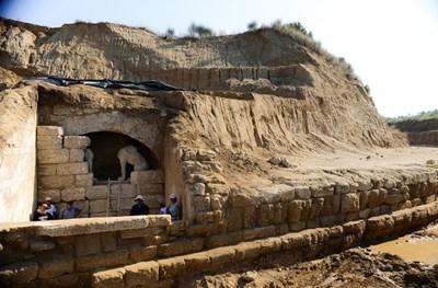 Подземното помещение, на входа на което стоят два крилати сфинкса.  СНИМКИ: ЛИЧЕН АРХИВ