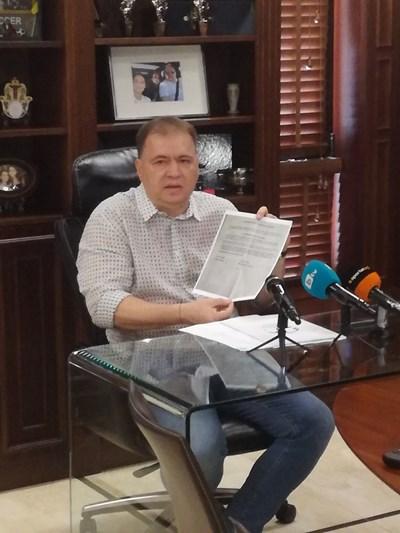 Николай Жейнов показва мандата на Петьо Костадинов за трансфера.