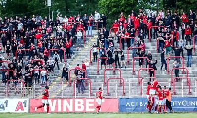 Футболистите на ЦСКА се радват пред агитката си. СНИМКА: Sportal.bg