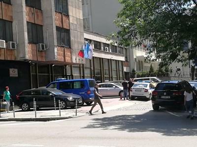 Синият бус и патрулният автомобил на паркинга пред централата на ДПС.