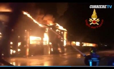 Голям пожар на пристанището в Анкона Кадър: corriere.it