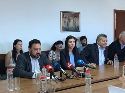 """Светослав Костов (вляво) с управителния съвет на БНР говори в понеделник пред СЕМ за спирането на """"Хоризонт"""" в петък сутринта."""