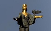 Надявам се някой ден грозната статуя на София да се замени с по-свежа