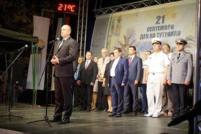 Тържествената заря-проверка по повод празника на Тутракан бе открита от президента Румен Радев и участие в нея взеха Българските военноморски сили. Снимки община Русе