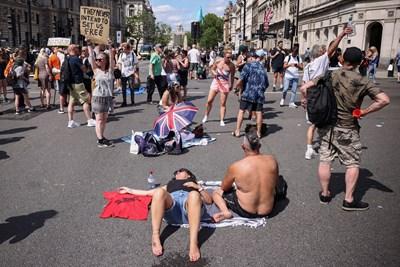 Протестиращи срещу COVID мерките се събраха до парламента в Лондон.