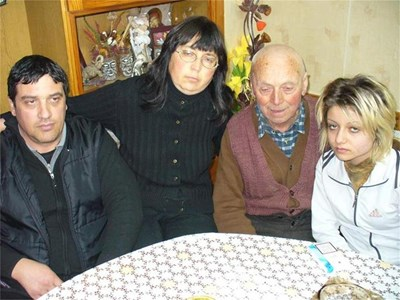 Ваня Килова със съпруга си Георги (вляво от нея), баща й Карамфил и дъщерята Радина.