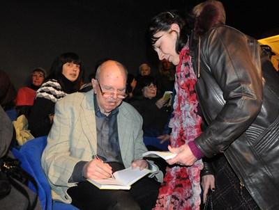 """13 февруари 2013 г. Евтим Евтимов раздава автографи за най-новата си книга - """"Ако ти си отидеш за миг""""."""