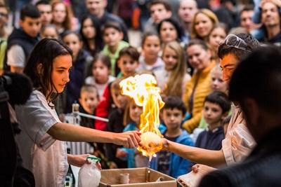 Демонстрация на Корпуса за бързо гърмене към Факултета по химия и фармация в СУ по време на Европейска нощ на учените 2017. За тази демонстрация се използва специална пяна, която представлява сапунена вода, но балончетата в нея са пълни с газ пропан-бутан (като този в запалките). Ръката на химика е в безопасност, защото е мокра, а газът изгаря много бързо.  СНИМКА: ИВО МИЛАНОВ - ИКО