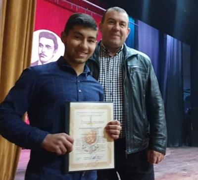 Васко Рибов с грамотата, връчена му от шефа на полицията в Малко Търново Мавер Тодоров.