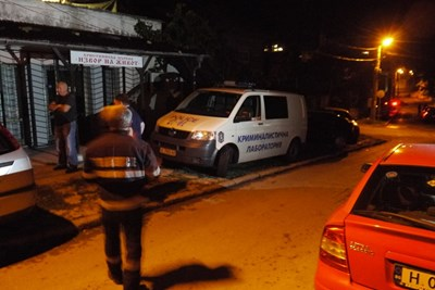 Още в неделя вечерта скрит зад чадър убиецът беше изкаран от дома си и вкаран в патрулката. Трупната линейка пък откара останките от разчлененото тяло.