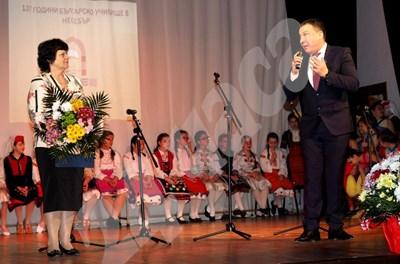 """Кметът на Несебър Николай Димитров поздравява преподаватели и ученици за празника на СУ """"Любен Каравелов"""". СНИМКА: Авторът СНИМКА: 24 часа"""