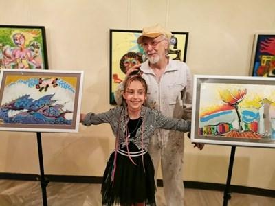 Беа заедно с учителя си по рисуване Иван Яхнаджиев СНИМКИ: ЛИЧЕН АРХИВ