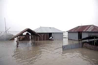 Наводненията и свлачищата, провокирани от мусоните в Южна Азия, отнеха живота на близо 200 души СНИМКА: РОЙТЕРС