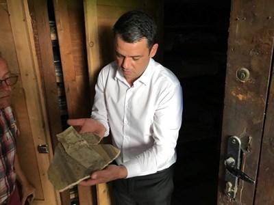 """Кметът на район """"Централен"""" Георги Стаменов показва ценните останки от стенописи"""