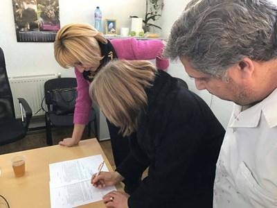 Омбудсманът Мая Манолова присъства на подписването на споразумение за изплащане заплатите на шивачки в Дупница.