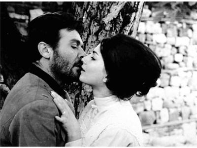"""Един от най-прочутите кадри в българското кино - целувката на Невена Коканова и Раде Маркович във филма на Въло Радев """"Крадецът на праскови"""". Тя е толкова истинска, че и до днес не е загубила емоционалното си въздействие върху зрителите.  СНИМКИ: АРХИВ"""