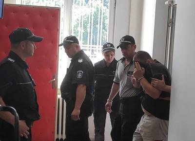 Водят бащата в съда в Габрово СНИМКА: Дима Максимова