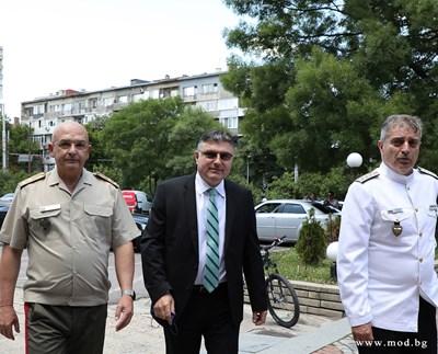 Панайотов (в средата) днес присъства на тържественото освещаване на реновирания операционен център на ВМА. Гост на церемонията бе и началникът на отбраната адмирал Емил Ефтимов (вдясно). Снимки министерство на отбраната