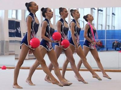 Мадлен Радуканова, Симона Дянкова, Теодора Александрова, Елена Бинева и Лаура Траатс (от ляво на дясно) излизат за първото си контролно.