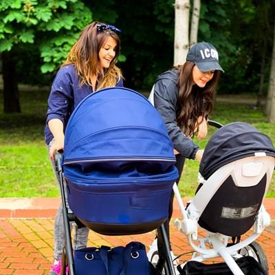 Преслава с дъщеря си Паола и Петя Дикова със сина си Александър на разходка.   СНИМКА: ОФИЦИАЛЕН ПРОФИЛ НА ПРЕСЛАВА