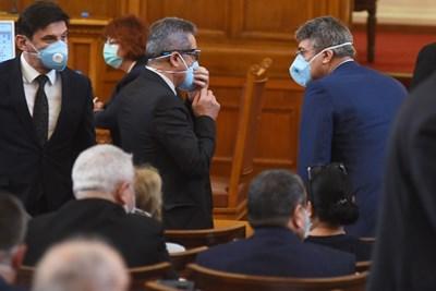 Хасан Адемов (първият в гръб вдясно) на банката си, над него с маски са лидерът на ДПС Мустафа Карадайъ и зам.-шефът на групата Йордан Цонев. СНИМКА: ВЕЛИСЛАВ НИКОЛОВ