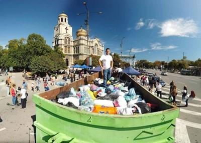 """От 09:00 ч до 16:00 ч на площада пред Катедрален храм """"Св. Успение богородично"""" във Варна всеки желаещ може да донесе своите пластмасови капачки, Снимки Авторката"""