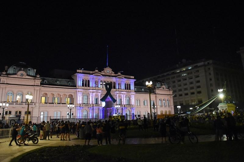 """Хиляди фенове изкараха нощта пред """"Каса Росада"""""""