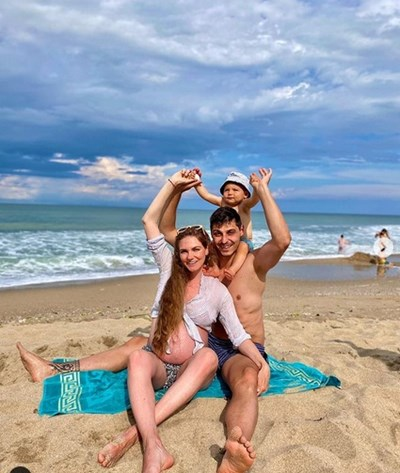 Малко преди да роди втория си син, Нанси беше на Черноморието с мъжа и и първото им дете СНИМКА: ИНСТАГРАМ