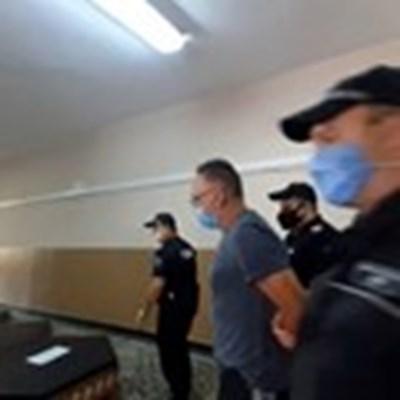 Водят Васил Капланов в съда.