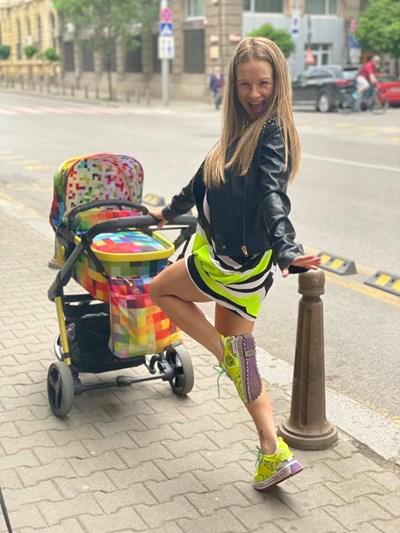 Лора Караджова изведе сина си Матео на първата му разходка