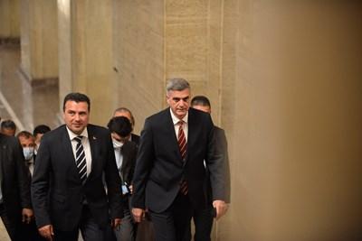 Стефан Янев въвежда Зоран Заев за разговорите им в Министерския съвет.