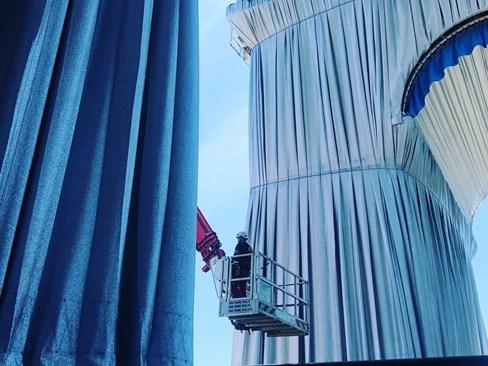 Моменти от опаковането на Триумфалната арка  СНИМКИ: ДЕСИСЛАВА БИНЕВА, ДИРЕКТОР НА БЪЛГАРСКИЯ КУЛТУРЕН ИНСТИТУТ В ПАРИЖ
