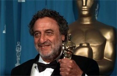 """Луис Бакалов получава първия си """"Оскар"""" за музиката на филма """"Пощальонът"""" през 1996 г."""