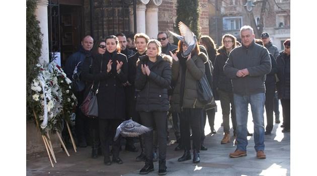 Алекс Сърчаджиева изпрати любимия си Иван Ласкин с аплодисменти (Снимки, видео). Само най-близките му се събраха да го погребат