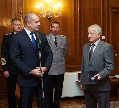В петък президентът Румен Радев и шефът на ВВС ген. Димитър Петров (в дясно зад него) бяха заедно на тържествено честване на празника на авиацията и българските военновъздушни сили. А от ляво на президента е адмирал Емил Ефтимов.  СНИМКА:ПРЕССЕКРЕТАРИАТ НА ПРЕЗИДЕНТА