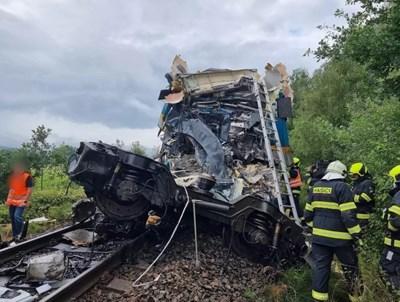 Влакова катастрофа в Чехия  Снимка: Twitter/ HZS Plzenskeho kraje