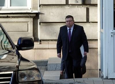Главният прокурор Сотир Цацаров избегна среща с журналистите след съвещанието при президента с участието на вътрешния министър и шефовете на служби. СНИМКИ: ЙОРДАН СИМЕОНОВ