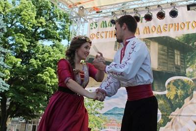 """Много настроение и танци внася в Елена фестът """"Пъстър балкански свят"""""""