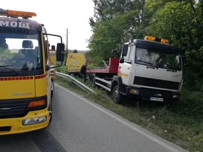 За да избегне удара с камиона, шофьорът на буса предприема маневра и полита в дерето. СНИМКА: Дима Максимова