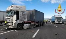 Български шофьор загина при катастрофа между три тира в Италия (Видео)